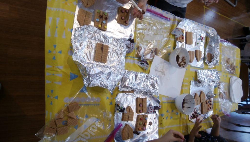 冬休みイベント第一弾「お菓子の家」制作