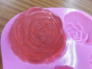 バラ型の石鹸が完成! もちろん香りは「ローズ」