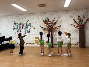 木を指さす子供たち